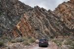 Herrlich aufgefaltetes Gestein bei der Einfahrt in die Narrows des Titus Canyons