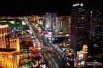 Blick vom Eiffelturm auf den nächtlichen Strip in Las Vegas - beim dazugehörigen Paris Paris Kasinohotel werden seit 2017 leider auch Parkplatzgebühren kassiert.
