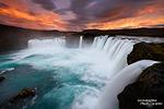 Über eine Stunde lang brannte der Himmel oberhalb des Godafoss, so einen verrückten Sonnenuntergang kann es nur in Island geben! ;-)