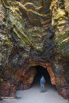 Hier einer der Höhleneingänge mit Steffen als Größenvergleich. Wenn es so schön ist, dann macht man(n) sogar Selfies! ;-)