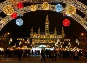 Frohe Weihnachten und die besten Wünsche für das neue Jahr - ein Foto vom Christkindlmarkt am Wiener Rathausplatz