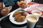 So kann das Frühstück in Spanien auch aussehen: zwei Café con Leche, Vollkorn-Croissants und ein paar Preñaos (ähnlich dem Dresdner Handbrot aber gefüllt mit Schinkenspeck oder Chourizo). Das La Gallofa in Liencres bekommt eine klare Empfehlung von uns, nur der Kaffee schmeckt dort nicht ganz so gut wie woanders.