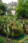 Wasserfall und Kaskaden im Zentrum von Orbaneja del Castillo weit im Landesinneren