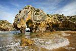 An der tollen Playa Cuevas del Mar wurde schon fleißig im Meer gebadet. Dieser Strand sieht bei Ebbe und Flut ganz schön anders aus und wer die Klippen hinaufwandert, wird noch weitere Felsbögen finden und ein kleines Kirchlein.