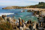 Selbst Stadtstrände können in Nordspanien hübsch aussehen, so die Playa de Toro in Llanes mit all den kuriosen Felstürmchen und -spitzen.