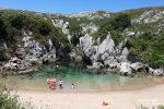 In unmittelbarer Nähe befindet sich dort auch der wahrscheinlich lustigste Strand in Nordspanien, die Playa de Gulpiyuri verschwindet 2x täglich komplett. Ins Wasser kann man dort nur bei Flut!