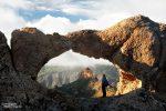 Dieser Felsbogen befand sich zwar auf Gran Canaria, sah aber vom Gestein her kaum anders aus als jene in den Alabama Hills in Kalifornien. Auch irgendwie ein nettes Motiv mit dem Durchblick und mit Steffen als Größenvergleich. :-)