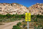 Eine Freude, Schilder dieser Art auf ehemaligem GSENM-Gebiet zu sehen. Angesichts dessen, was sich in Colorado ereignet hat, muss man sich die Frage stellen, ob möglicherweise manches Wandergebiet in Cottonwood Canyon Road Nähe auch bald für die Öffentlichkeit nicht mehr zugänglich sein könnte...