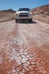 Cracked Mud mitten auf der Straße sieht man auch nicht alle Tage - auf der Cow Dung Road von der Mars Station weiter in Richtung Dinosaur Quarry war vor uns schon lange keiner mehr gefahren.