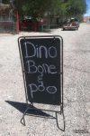 Der Rock Shop Laden in Hanksville macht mit einem großen Schild auf sich aufmerksam: Dinosaurier Knochen und Kackhaufen...