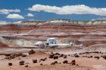 In die farbenfrohen Badlands nordwestlich von Hanksville wurde eine Mars Desert Research Station platziert, die man an manchen Tagen sogar besuchen darf.