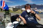 Besonders gut schmeckte z.B. der Meringue-Kuchen und Kaffee im Restaurant Vid Voginn - bei sommerlichen Temperaturen am Hafen von Djúpivogur