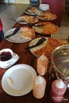 Deutlich preiswerter das Pizza-Buffet in Hvolsvöllur. Und man glaubt es kaum, aber die Isländer essen Pizza mit Marmelade, Mayonnaise und Pommes Frites... Hilfe!