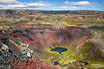 Immer wieder Farbrausch pur - hier bei einem kleinen blauen Quelltopf umgeben von einem riesigen roten Kraterrand. Lavageröll ist in Island oft nicht nur schwarz, sondern rot, orange und sogar lila oder pink!