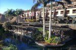 Am zweiten Morgen fiel uns auf, dass das zweite Restaurant über einen noch viel größeren Outdoor-Bereich verfügte. Fortan saßen wir morgens und abends immer dort direkt am Wasser.