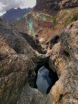 Etliche Hundert Höhenmeter oberhalb der Straße gibt dort es an den Berghängen noch weitere bunte Farbstreifen und eine Reihe von Pools, deren Wasser jetzt im Herbst sehr tief stand und leider nicht besonders einladend aussah.