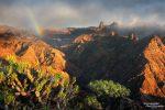 Aber auch das gibt es: Der Nebel zieht zum perfekten Zeitpunkt weg und sorgt kurz vor Sonnenuntergang für einen herrlichen Regenbogen beim Roque Bentayga.