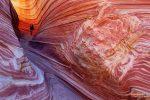 Der Sandstein in den Coyote Buttes hat die verrücktesten Muster und im indirekten Licht kann er obendrein herrlich glühen - hier beim Westeingang zur berühmten Wave.