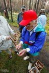 Jeder Pilz wird genau analysiert von Bernhard Saß - und die Körbe waren am Ende der Pilzführung erstaunlich voll!