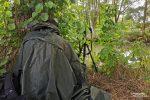 So sah es manchmal bei uns aus: hinter Bäumen versteckt wurde die Kamera im Gebüsch mit der Handy-App fernbedient. Der grüne Poncho zeigte auch gegen Mücken seine Wirkung... ;-)
