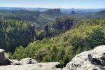 Zum Glück gibt es aber etliche Ausblicke in der Sächsischen Schweiz, die vom Borkenkäfer verschont geblieben sind, darunter auch einer unserer Lieblingsorte, der Carolafelsen.