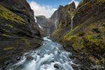 Uns wird wahrscheinlich niemals fad werden auf Island, immer wieder bringen uns neue Plätze zum Staunen, so z.B. diese Schlucht in der gleich mehrere Wasserfälle von den hohen Wänden herabstürzen.