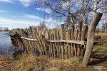 Neben Aussichtstürmen und -plattformen hat man auch noch allerlei Beobachtungsverstecke errichtet wie dieses am Dorfteich.
