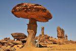 Peter und Dagmar unterwegs im Tschad im Ennedi-Gebiet bei dem wohl unglaublichsten Steinpilz auf Erden