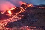 Mitte April führte der Wanderweg A noch direkt an die nördlichsten Krater des Geldingadalsgos ran. Wer genau schaut, sieht auf diesem Bild jede Menge Besucher dort herumstehen.