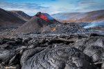 Auch tagsüber leuchtete am Fagradalsfjall die Lava knallrot und dort wo sie bereits erstarrt war, sind zum Teil tolle Muster entstanden.