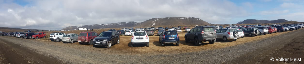 Dieser große Parkplatz befindet sich gut 500 m südwestlich vom offiziellen Startpunkt der Wanderung zum Fagradalsfjall-Vulkan. Ein zweiter, etwas kleinerer liegt nochmal gut 1,5 km weiter südlich.