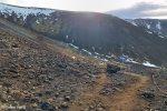 Wie man sieht, haben die Isländer den Wanderweg in Windeseile ausgesteckt und beschildert. Weiter oben, wo es sehr steil wird, gibt es sogar Seile, an denen man sich anhalten kann.