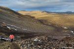 Vom Parkplatz aus verläuft der Wanderweg zum Vulkan recht flach durch eine Ebene, bevor es dann ordentlich bergauf geht. Hier der Blick zurück im Morgenlicht.